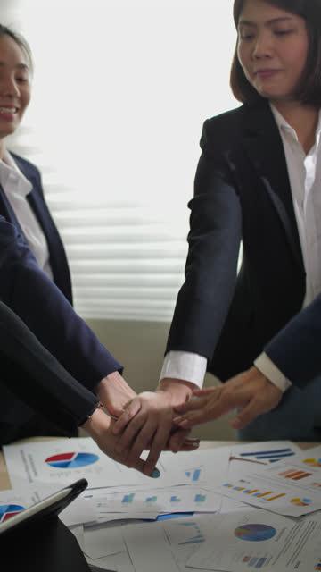 垂直ビューの人々は、ビジネス会議に一緒に手を置きます - 従業員エンゲージメント点の映像素材/bロール
