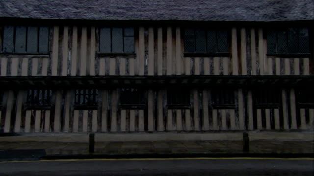vídeos de stock e filmes b-roll de vertical wooden beams line the facade of king edward vi grammar school. available in hd. - tudor