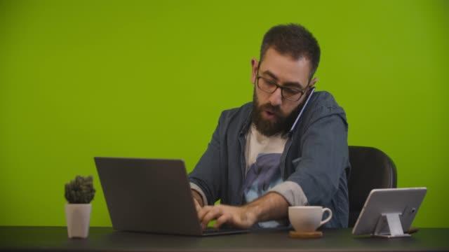 非常に忙しい男 - マルチタスク点の映像素材/bロール