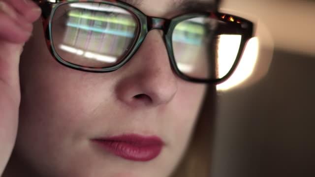 vídeos de stock, filmes e b-roll de muito perto da tela assistindo - óculos
