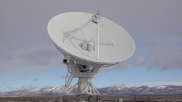 vídeos de stock, filmes e b-roll de very large array prato gira national radio astronomy observatory novo méxico - moving past