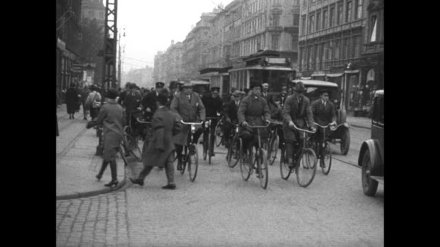 stockvideo's en b-roll-footage met very qs title card the wheeled city with eve in copenhagen eve's film review 574 / vs numerous men and women ride streets of copenhagen on bicycles... - paardenkar