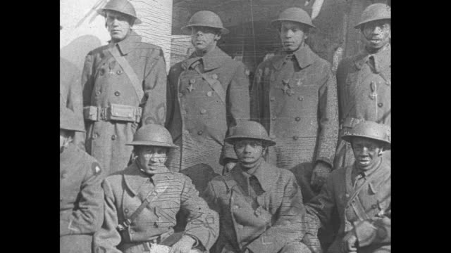 "vidéos et rushes de very quick shot group of african-american soldiers posing for photo opportunity aboard french ocean liner ""france"" / note: exact month/day not known - première guerre mondiale"