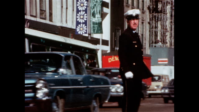 vídeos y material grabado en eventos de stock de / very quick shots of a busy downtown chicago in 1966. quick closeups of traffic lights, don't walk signs, street traffic, a traffic cop directing,... - chicago 'l'