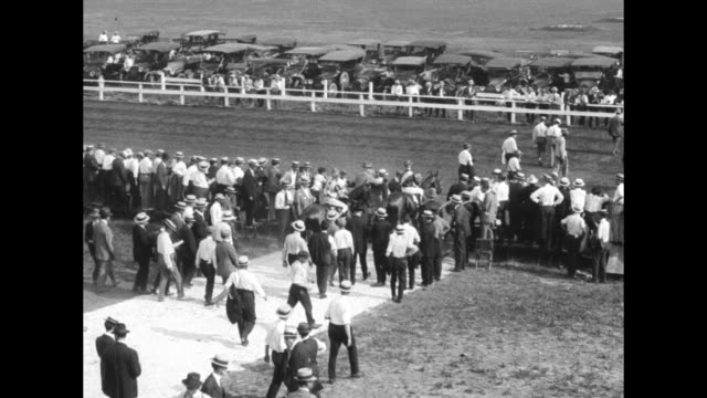 vídeos y material grabado en eventos de stock de very quick title card chicago ill the revival of racing at the hawthorne track is celebrated by thirty thousand enthusiastic turn followers who turf... - galopar