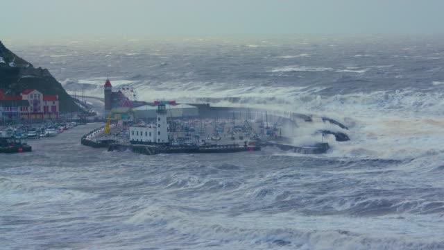 vídeos de stock, filmes e b-roll de very rough north sea & harbour, scarborough, north yorkshire, england - scarborough norte de yorkshire