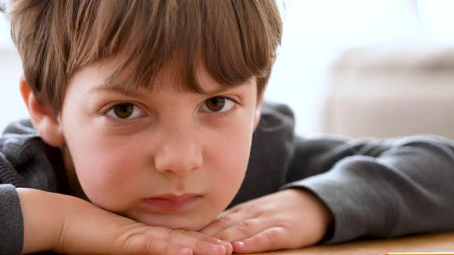 vídeos de stock, filmes e b-roll de menino muito chateado olhando para a câmera - amuado