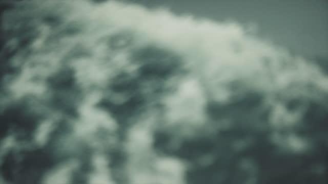 vidéos et rushes de navire en mer agitée : vagues s'écraser, surfer et éclabousser - navire à voiles