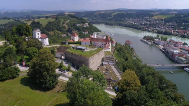 veste oberhaus above passau in lower bavaria - inquadratura da un aereo video stock e b–roll