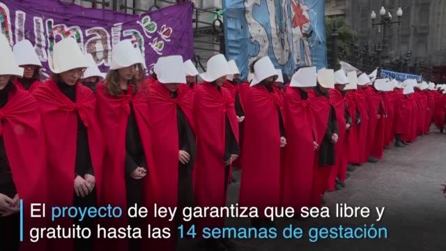 vestidas como las criadas de the handmaid's tale mas de un centenar de activistas reclamaron frente al congreso argentino la aprobacion de un... - congreso stock videos and b-roll footage