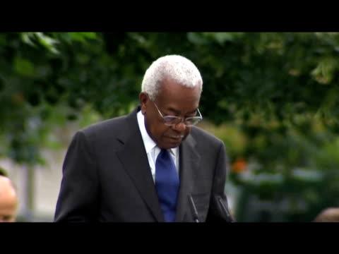 veteran news correspondent sir trevor mcdonald reads names of victims at memorial service in honour of 7/7 bombing tragedy london; 7 july 2009 - トレバー マクドナルド点の映像素材/bロール
