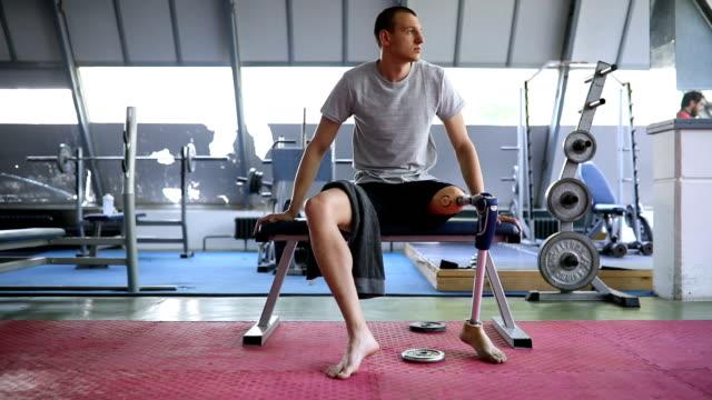 stockvideo's en b-roll-footage met veteraan rusten op de sportschool - prothesen