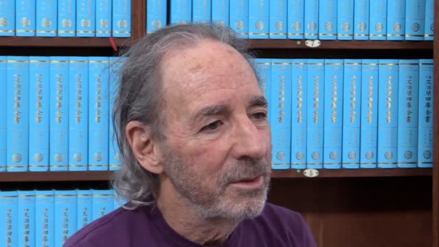 stockvideo's en b-roll-footage met veteran simpsons voice actor harry shearer talks about president donald trump's contribution to satire - and his own desire to play him in a future... - satire