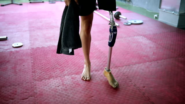 veteran walking in the gym - artificial limb stock videos & royalty-free footage