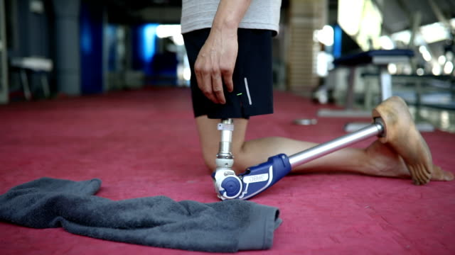 veteran with artificial leg in the gym - prosthetic equipment stock videos & royalty-free footage