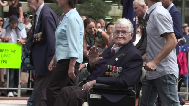 veterans march the anzac day parade on april 25, 2017 in sydney, australia. australians commemorating 101 years since the australian and new zealand... - anzac day stock videos & royalty-free footage