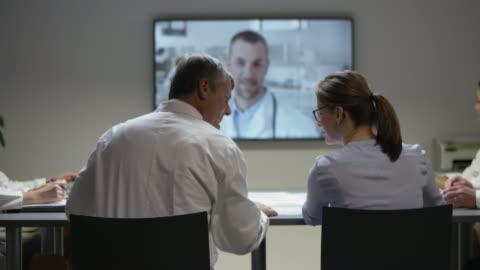 vídeos y material grabado en eventos de stock de veterinarios de ds en una reunión con su colega de videoconferencia - conferencia