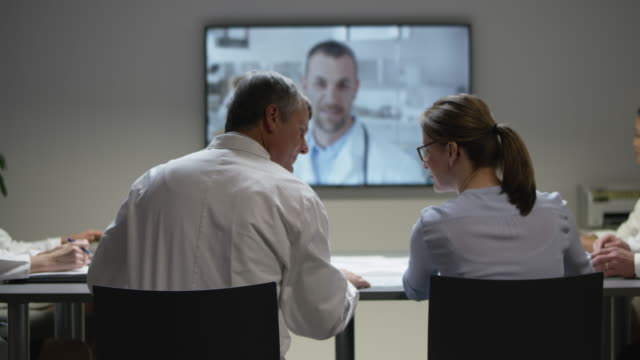 vídeos y material grabado en eventos de stock de veterinarios de ds en una reunión con su colega de videoconferencia - comunicación