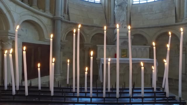 stockvideo's en b-roll-footage met vezelay, basilica of sainte marie madeleine, inside - bedevaart