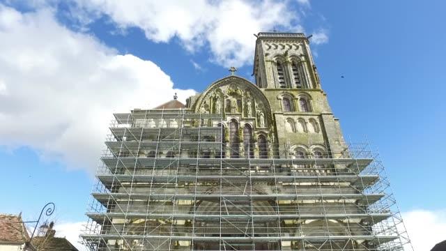 vidéos et rushes de vezelay, basilica of sainte marie madeleine, outside - église