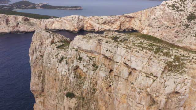 via ferrata del cabirol, capo caccia klippö på sardinien - bergsvägg bildbanksvideor och videomaterial från bakom kulisserna
