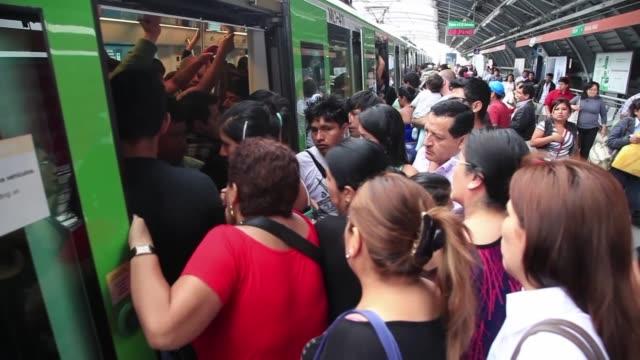 stockvideo's en b-roll-footage met viajar en el transporte publico de la capital de peru puede convertirse en una odisea - transporte