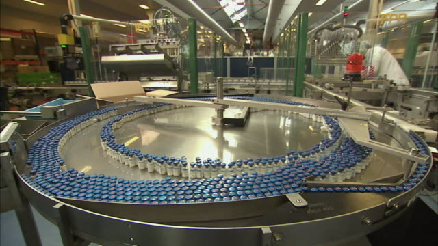 ws vials of drugs spinning on packaging turn table, boxmeer, netherlands - impfung stock-videos und b-roll-filmmaterial