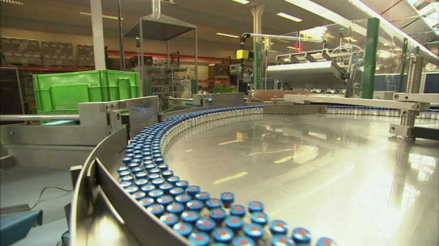 vidéos et rushes de ws vials of drugs spinning on packaging turn table, boxmeer, netherlands - fabriquer