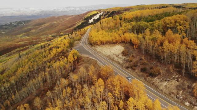 グランドメサ国有林観光と自動車旅行4kビデオシリーズの西コロラド州の鮮やかな秋の色 - 水の形態点の映像素材/bロール