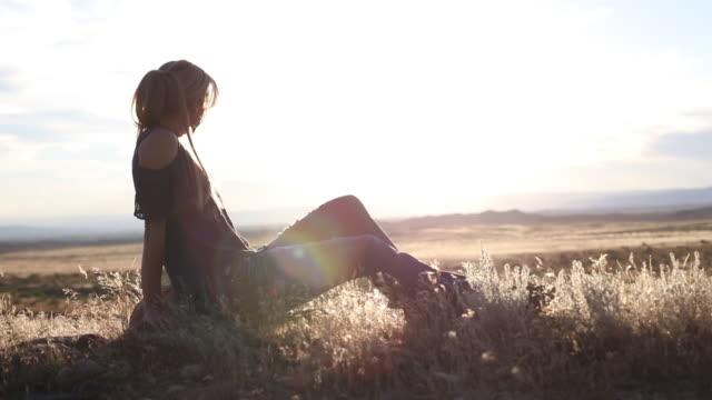 西コロラド州のゴールデンアワーで特別な瞬間を楽しむ活気に満ちたフィット女性 4k ビデオ - 連続するイメージ点の映像素材/bロール