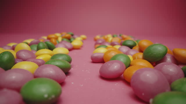 鮮やかな硬酸っぱいキャンディー - ジェリービーンズ点の映像素材/bロール