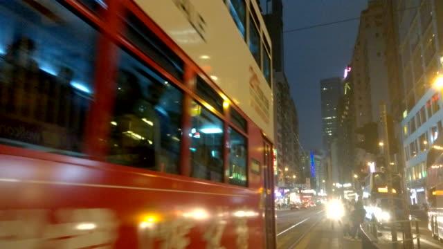 vídeos y material grabado en eventos de stock de calle de hong kong ciudad vibrante en la noche, tranvía y autobús - vía de tranvía