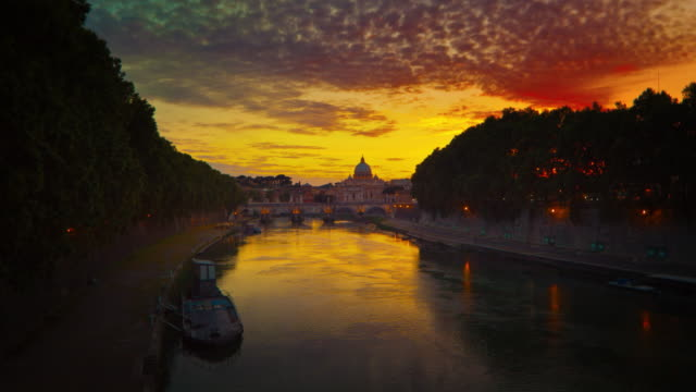 vibrant sunset time-lapse of the vatican city, from across the tevere river. - テベレ川点の映像素材/bロール