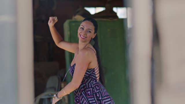 vídeos y material grabado en eventos de stock de slo mo. vibrant woman dances alone and smiles at camera in rustic barn setting. - una sola mujer madura