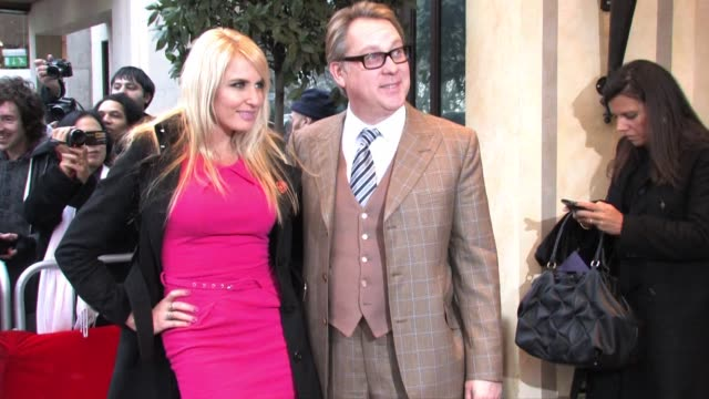 vídeos de stock, filmes e b-roll de vic reeves & nancy sorrell arrive for the south bank sky arts awards sky arts awards - nancy sorrell & vic reeves at dorchester hotel on january 25,... - vic reeves