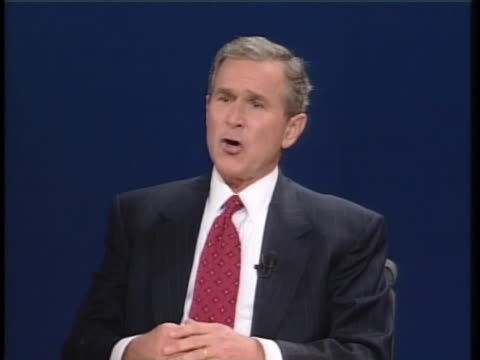 us vice president al gore and texas gov george w bush debate as candidates in the 2000 presidential election and bush states that he is opposed to... - carolina del nord stato usa video stock e b–roll