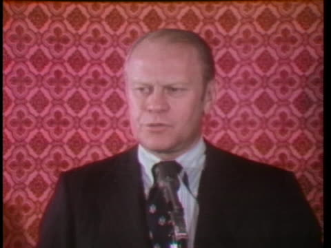 vice president gerald ford tells the press that he does not believe president richard nixon will resign. - リチャード・ニクソンの大統領辞任点の映像素材/bロール
