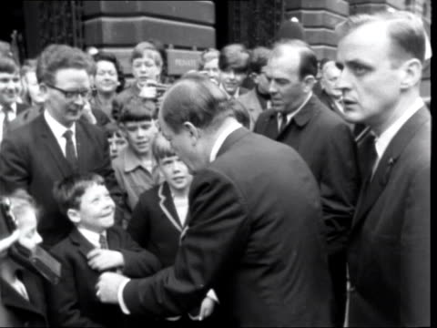 vídeos de stock, filmes e b-roll de us vice president hubert humphrey in london ***also london 10 downing street nb humphrey with injured hand ms wilson and humphrey pose on steps of no... - stop placa em inglês