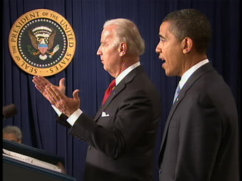 """vidéos et rushes de vice president joe biden says """"am i doing this again? my memory is not as good as justice roberts"""" during a ceremony for new senior staff in... - 2009"""