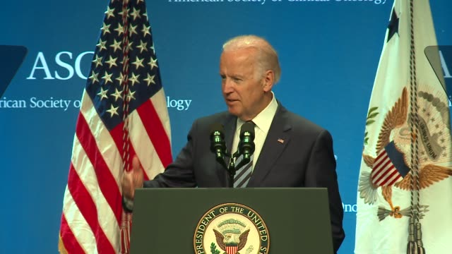 vídeos de stock, filmes e b-roll de wgn vice president joe biden talks to oncologists gathered at an american society of clinical oncologists event in chicago on june 6 2016 - oncologista