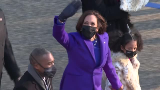 stockvideo's en b-roll-footage met vice president kamala harris and her husband, us second gentleman doug emhoff, alongside family members, walk along this year's non-traditional... - non us film location