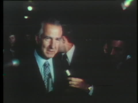 vice president spiro agnew tells reporters that he and president richard m. nixon did not discuss his resignation nor die he initiate any... - リチャード・ニクソンの大統領辞任点の映像素材/bロール