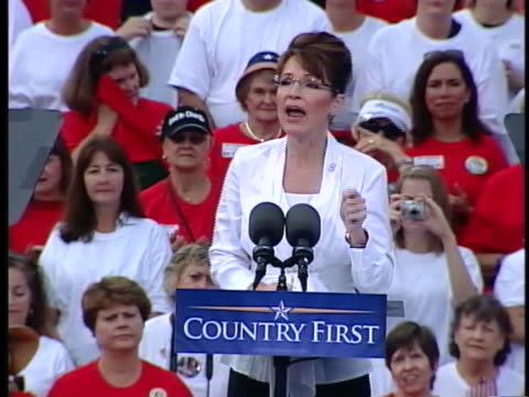 vice presidential candidate sarah palin campaigns in clearwater, florida. - ガス料金点の映像素材/bロール