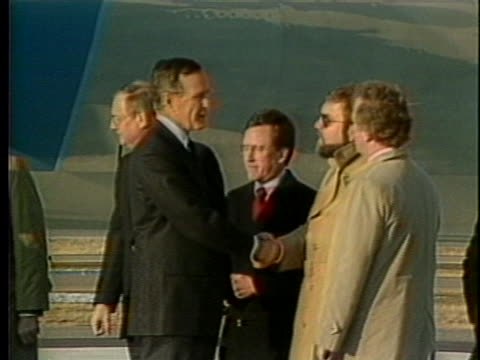 vice-president george h.w. bush and wife barbara bush deplane air force 2 and shake hands with officials. - demokrati bildbanksvideor och videomaterial från bakom kulisserna