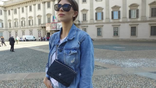 vídeos y material grabado en eventos de stock de vicky heiler wearing reformation shirt won hundred jacket citizens of humanity jeans gianvito rossi shoes chanel bag and aigner sunglasses is seen... - denim