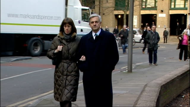 vicky pryce found guilty of perverting the course of justice date chris huhne mp arriving at court with partner carina trimmingham - ビッキー・プライス点の映像素材/bロール