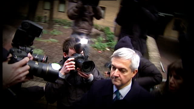 vicky pryce trial collapses lib shot of chris huhne along to car through press scrum after pleading guilty to perverting the course of justice over... - クリス ヒューン点の映像素材/bロール