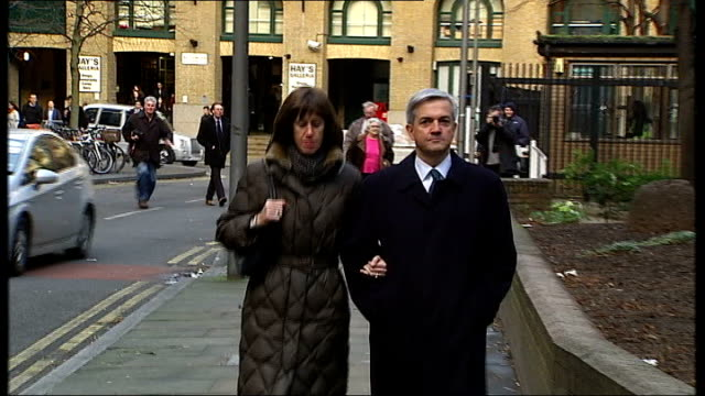 vicky pryce trial collapses t04021307 / tx ext huhne arriving at court with girlfriend carina trimingham - ビッキー・プライス点の映像素材/bロール