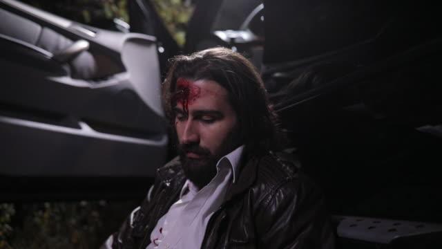 vidéos et rushes de victime d'un accident de voiture - boire et conduire