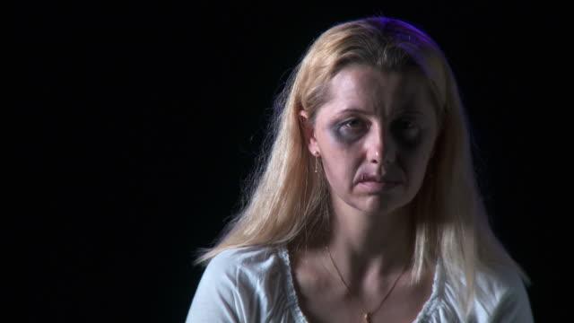 vidéos et rushes de hd : victime de la violence domestique - violence